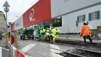 Tramgleisbau in Basel. Vor dem vollendeten Werk fürchtet sich so mancher städtischer Velofahrer. (Archiv)