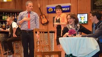 Der neue Gast Bertrand (r.) plaudert mit Annabelle, was ihrem Freund Hardy (l.) missfällt. Irene Hung-König