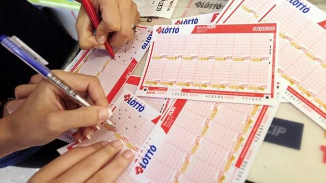 Sie hoffen auf den grossen Gewinn - und füllen Lottoscheine aus (Archiv)