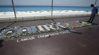 """""""Mut - Die Liebe wird immer Siegen"""" - Anlässlich des ersten Jahrestags des Anschlags von Nizza gedenken Angehörige und Politiker der Opfer."""