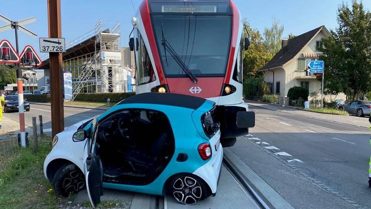 Trotz Warnlicht ist das Auto abgebogen und vor den herannahenden Zug gefahren.