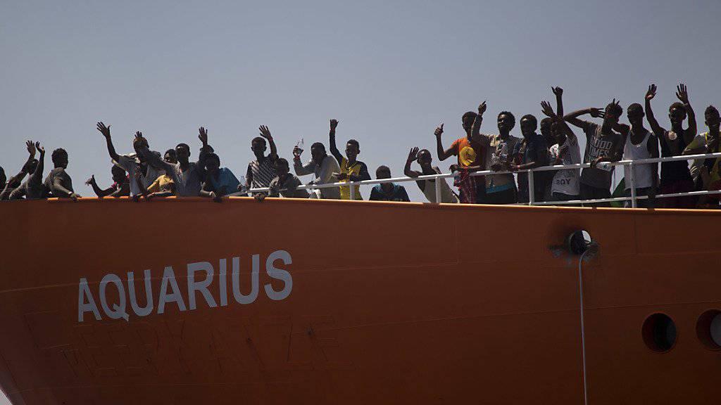 Ärzte ohne Grenzen fordert, dass die  629 Menschen auf der «Aquarius» im nächsten Hafen an Land gehen können. Die Organisation ist besorgt darüber, wie schwierig es geworden ist, Menschen aus Seenot zu retten. Gemäss Völkerrecht ist das jedoch Pflicht. (Bild vom Sonntag)