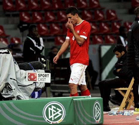 Bitterer Moment: Schär muss im Oktober 2012 beim EM-Barragespiel der Schweizer U21 Fussball Nati in der Bay Arena in Leverkusen nach einem Foul im Strafraum vom Platz. Die Schweiz fliegt raus.
