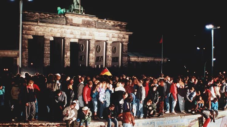 Bilder wie dieses sorgen heute bei Bettina Badenhorst für Gänsehaut. Die Aufnahme zeigt eine grosse Menschenmenge, die sich am 10. November 1989 vor und auf der Mauer am Brandenburger Tor in Berlin versammelt.