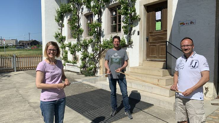 Präsident Pascal Haussener übergibt mit Corinne Müller an Jann Bernhard, Leiter der Sternekita Wangen, symbolisch für die Spende einen Doppelmeter.