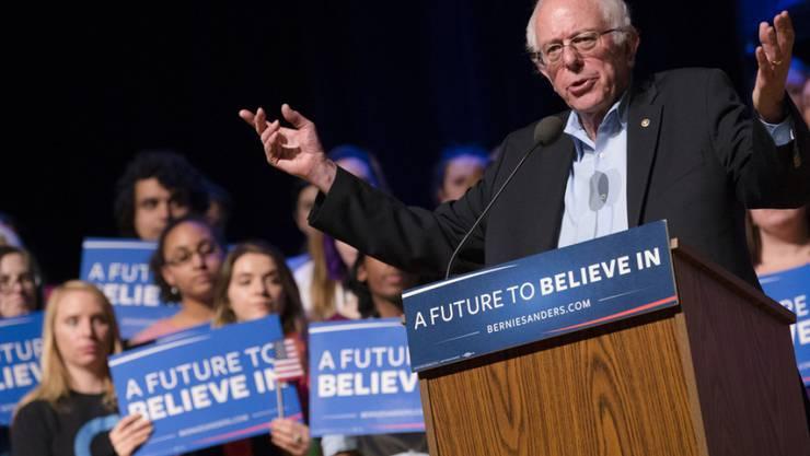 Laut Umfragen liegt er in New Hampshire vor Konkurrentin Hillary Clinton: Senator Bernie Sanders, Präsidentschaftskandidat der US-Demokraten - hier bei einem Wahlkampfauftritt in Derry, New Hampshire