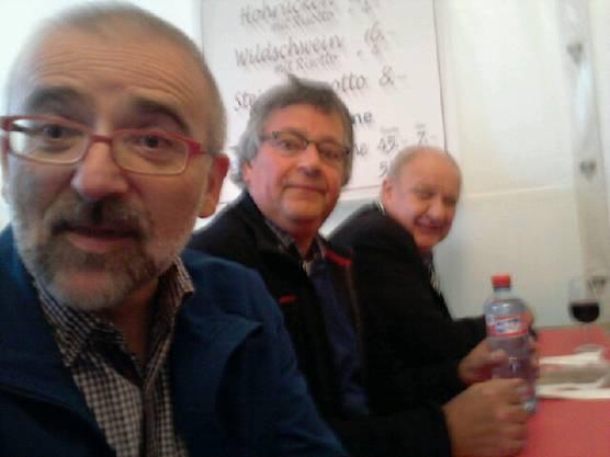 Peter-Lukas Meier, Peter Wyss und Hanspeter Bader grüssen Ihre Leserschaft vom Wildsau-Essen der Prostheiri-Redaktion