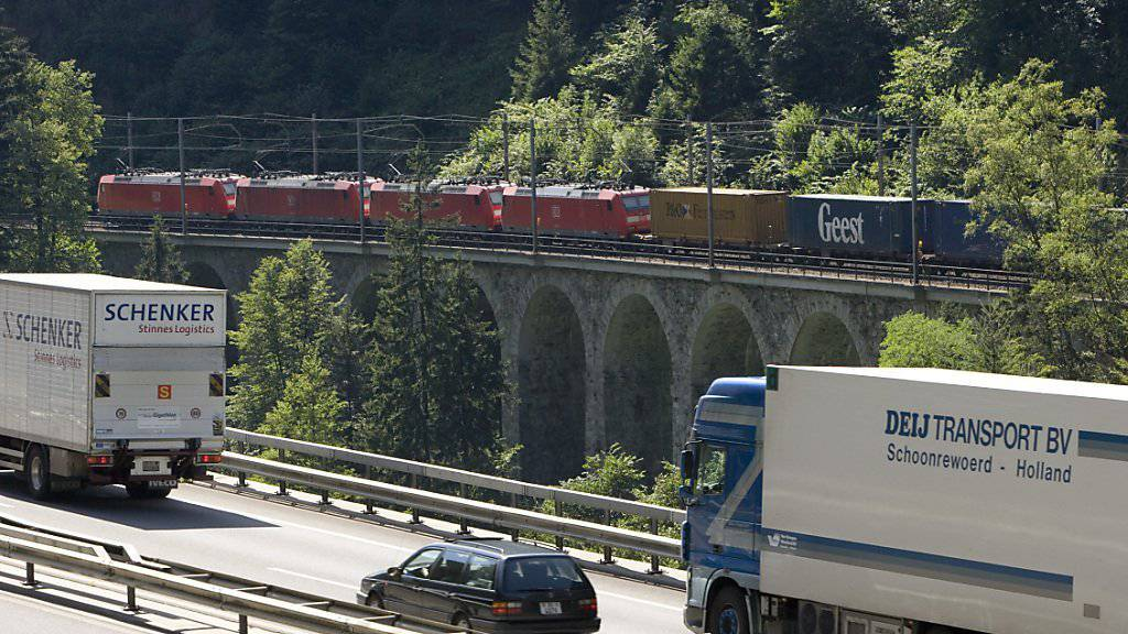 Der alpenquerende Güterverkehr auf der Schiene hat gegenüber den Strassentransporten weitere Marktanteile gewonnen (Archivbild).