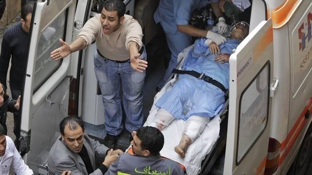 Ein Opfer des Anschlags wird medizinisch versorgt