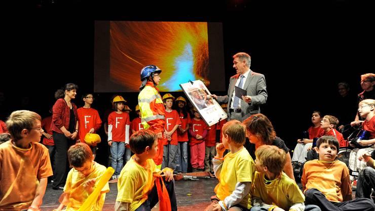 Das Zentrum für Körperbehinderte (Zeka) bekam letztes Jahr den Funkenflug-Preis für das Projekt Feuer und Flamme. Bildungsdirektor Alex Hürzeler übergibt den Preis im Badener Ländli-Schulhaus.  Emanuel Freudiger