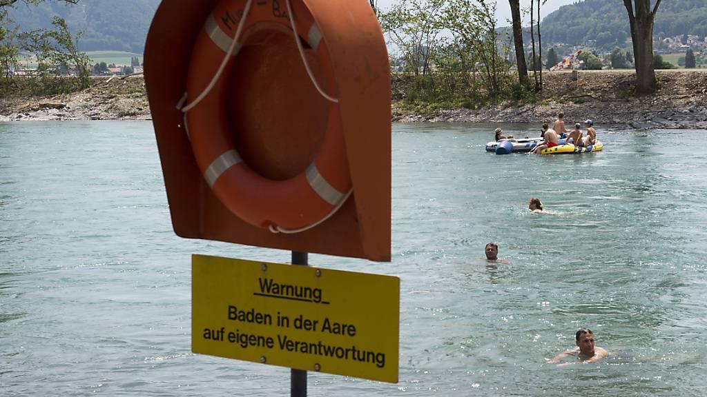 Seit Samstagnachmittag wird ein junger Mann vermisst, nachdem er in der Aare beim Schwimmen in Probleme geriet und von der Begleitperson aus den Augen verloren wurde.