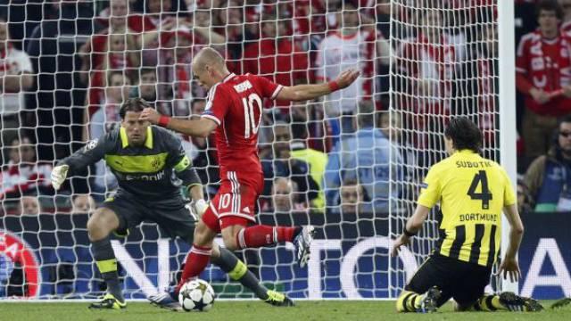 Der Moment der Entscheidung: Arjen Robben schiesst Bayern München auf den Thron Europas. Foto: Jon Super/Keystone