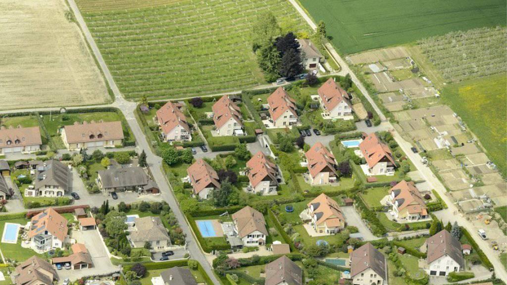 Noch ist nicht alles Land innerhalb der Bauzone verbaut: eine Fläche so gross wie der Kanton Schaffhausen darf noch zubetoniert werden. Diese Fläche dürfe nicht vergrössert werden, fordern die Jungen Grünen. (Symbolbild)