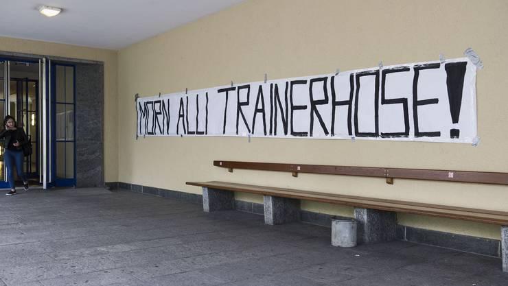 """Transparent """"Morn allí Trainerhose"""" am Wirtschaftsgymnasium WG"""