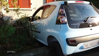 Fahrzeug landet bei einem Autounfall in Bellach im Gartenzaun einer angrenzenden Liegenschaft.