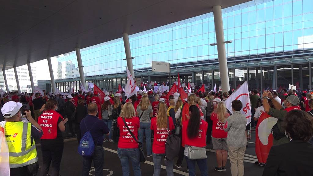Demonstration am Flughafen gegen drohende Lohnkürzungen