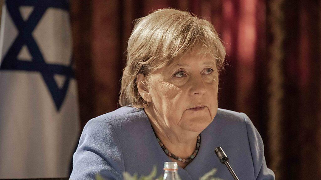 Die deutsche Bundeskanzlerin Angela Merkel (CDU) nimmt an einem Treffen mit Vertretern des Instituts für nationale Sicherheitsstudien (INSS) in Jerusalem teil. Bei dem Treffen sagte Merkel, Europa müsse nach dem US-Abzug aus Afghanistan die eigenen Sicherheitsinteressen klarer definieren. Foto: Ilia Yefimovich/dpa