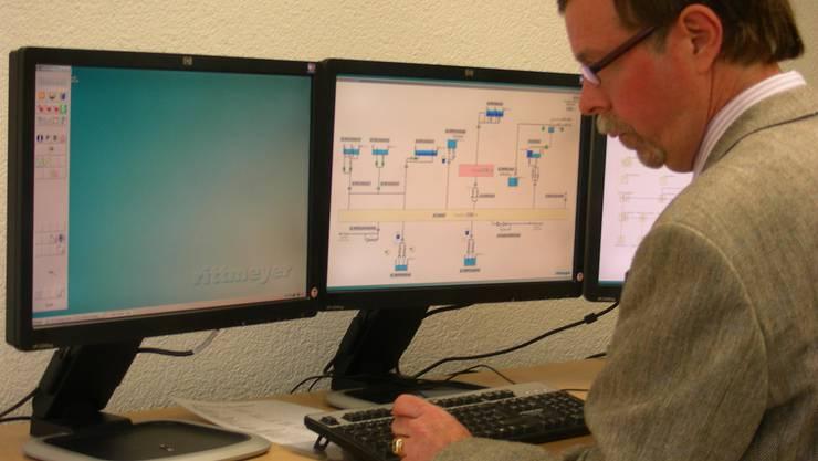 Modern: Geschäftsleiter Peter Wiederkehr zeigt, wie die Versorgung der Wettinger Bevölkerung mit Wasser und elektrischem Strom von der neuen, 1,46 Millionen teuren Netzleitanlage aus gesteuert wird. (Dieter Minder)