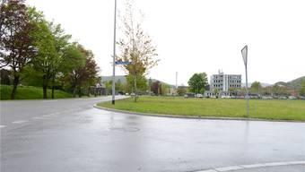 Auf dieser grünen Fläche zwischen Gemeindehaus und Raiffeisenbank können bald schon Wohnungen und Läden entstehen. Barbara Scherer