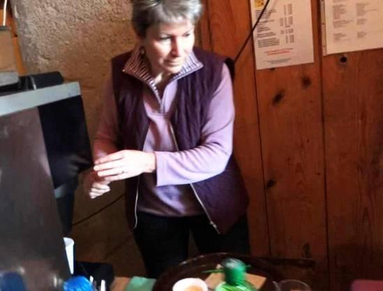 Die Wölflinswiler Gemeinderätin Barbara Fricker hinter dem Buffet im Kaffi Fürenand