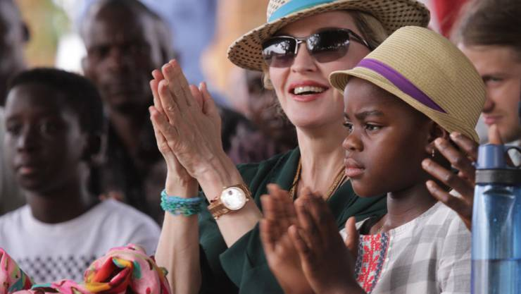 """Madonna mit ihren malawischen Kindern Mercy (r) und David (l). Nun will sie zwei weitere Kinder aus dem Land adoptieren. Die Sängerin hat 2006 die Non-Profit-Organisation """"Raising Malawi"""" gegründet. (Archivbild)"""