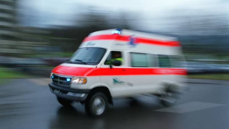 Eine Ambulanz brachte den Mann ins Spital. (Symbolbild)