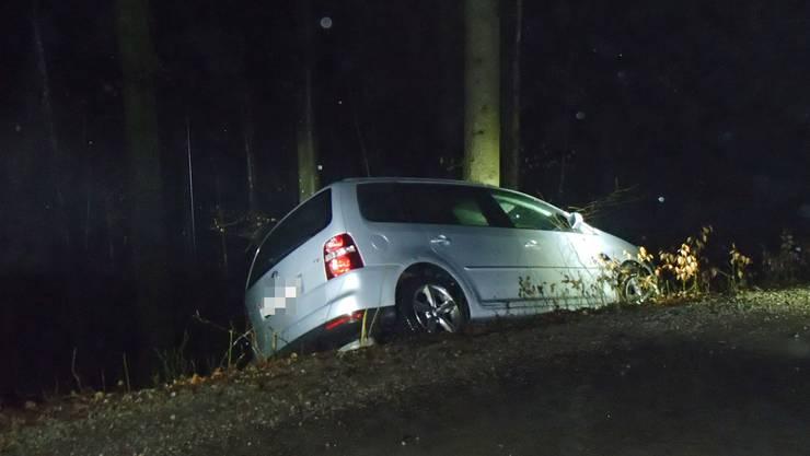 Eine Automobilistin kommt von der Strasse ab und stösst mit einem Baum zusammen.