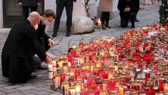 Charles Michel, Präsident des Europäischen Rates, und Sebastian Kurz, Bundeskanzler von Österreich, besuchen den Gedenkort nach dem Terrorangriff am 2. November. Foto: Ronald Zak/AP/dpa