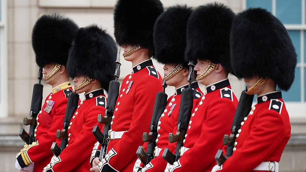 Erstmals seit Pandemiebeginn wieder Wachwechsel am Buckingham-Palast