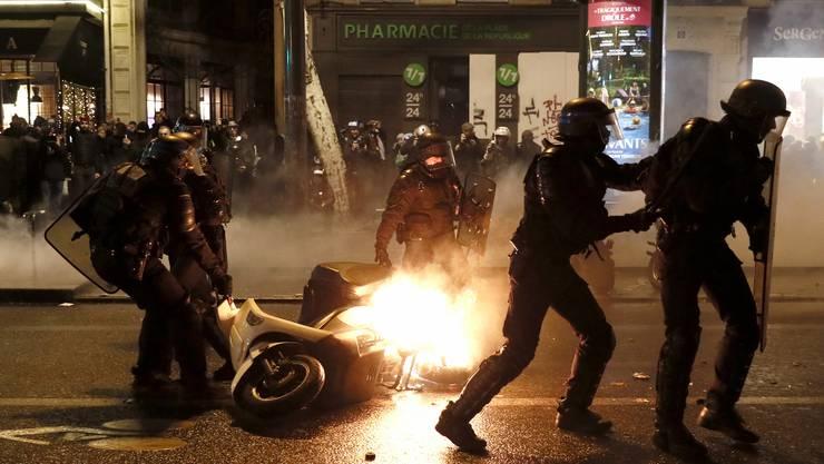 Bei Ausschreitungen wurden in Paris dutzende Demonstranten verhaftet.