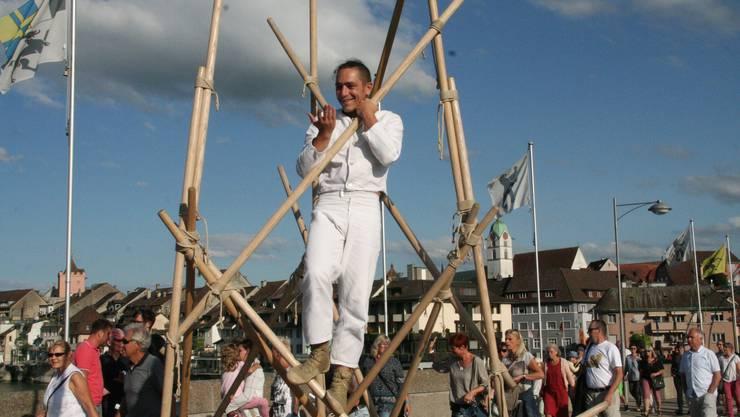 Georg Traber bindet auf der alten Rheinbrücke seinen Turm aus Eschenholzstangen zusammen.