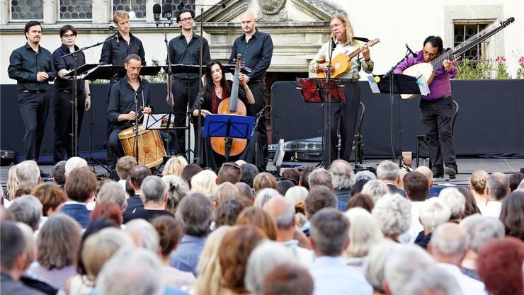 Das Vokalensemble Amarcord, Hille Perl (Viola da gamba), Lee Santana (Laute) und Christoph Sommer (Theorbe) im ersten Konzert der Lenzburgiade 2017. A. Albrecht