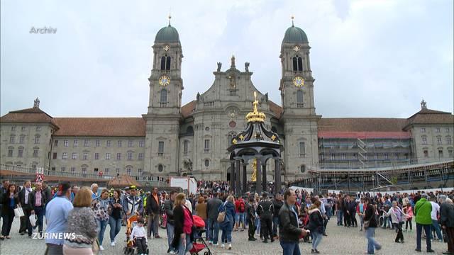 Schiefe Klostertürme in Einsiedeln