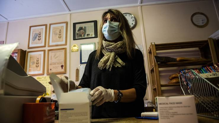 In stark betroffenen Kantonen soll die Maske nach Ansicht der GDK auch in Verkaufsgeschäften Pflicht werden. (Symbolbild)
