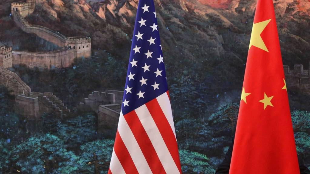 ARCHIV - Die Flaggen von China und den USA. (Archivbild) Foto: Feng Li / Pool/GETTY IMAGES / POOL/dpa