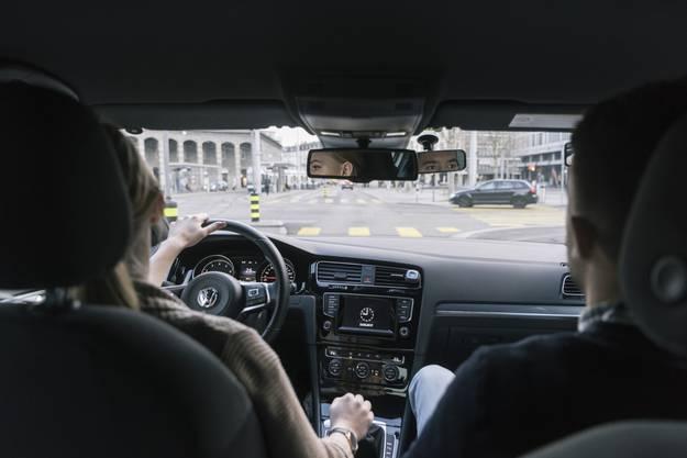 Derselbe Effekt, wenn auch etwas schwächer, ist bei jungen Autolenkerinnen messbar, sobald Gleichaltrige mitfahren.