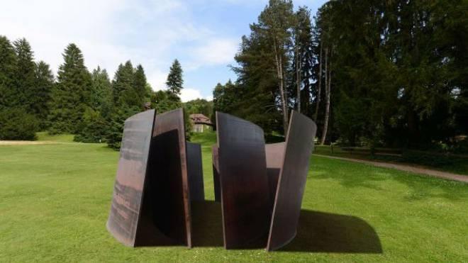 Vom Theaterplatz auf die grüne Wiese in Riehen? Hier wurde ein Bild der Serra-Skulptur auf eines vom Wenkenpark montiert. Fotos und Montage: Juri Junkov