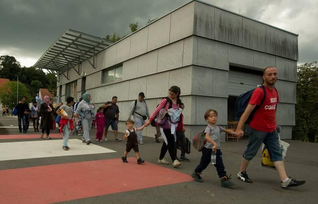 Flüchtlinge überqueren in Bad Radkersburg die Grenze zwischen Österreich und Slowenien.