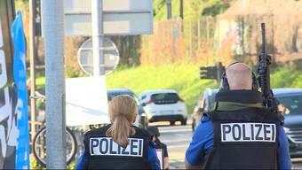 Ein 56-jähriger Schweizer drohte mit einem Kleinkalibergewehr. Die Polizei konnte mit dem betrunkenen Mann reden und die Situation gewaltfrei klären.