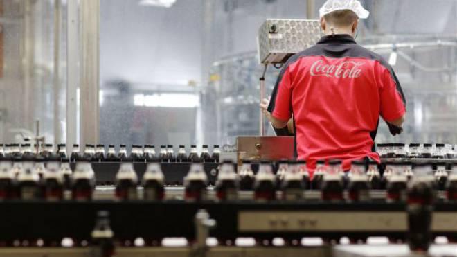 Angestellter in der Coca-Cola-Abfüllanlage in Brüttisellen ZH. Foto: HO