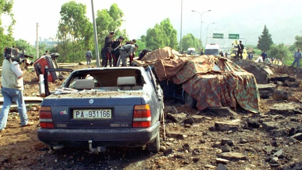 ARCHIV - Duch eine Bombenexplosion zerstörte Autowracks stehen am 23.05.1992 auf der Straße bei Palermo. Durch die Explosion wurde der Top-Mafia-Jäger Giovanni Falcone, seine Frau und drei Polizisten, die sie begleiteten, getötet. Foto: Nino Labruzzo/AP/dpa