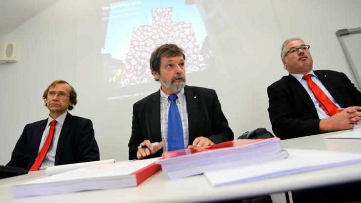 Regierungsrat Roland Heim (neuer Finanzdirektor) geflankt von Andreas Bühlmann (Chef Amt für Finanzen) und Beat Loosli (Präsident der Finanzkommission)