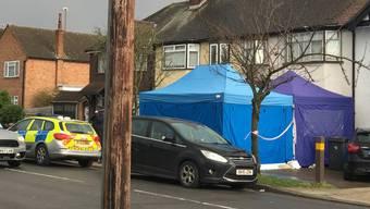 Hier wohnte der russische Geschäftsmann, der an diesem Dienstag auf bisher ungeklärte Weise in London zu Tode kam. Spezialisten riegelten den Ort unterdessen ab.