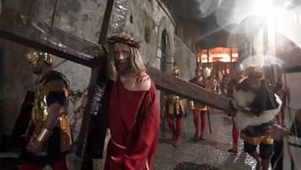 Bewohnerinnen und Bewohner aus der Region stellen während der Prozession vom Gründonnerstag in Mendrisio  als biblische Personen verkleidet den Leidensweg Christi nach Golgatha dar. (Archivbild)