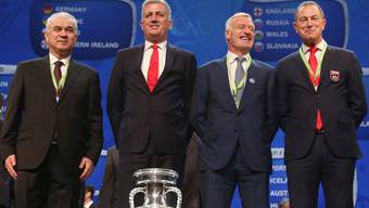 Rumäniens Coach Anghel Iordanescu (l.), Nati-Trainer Vladimir Petkovic,  Frankreich-Coach Didier Deschamp and Gianni de Biasi, Trainer der Albaner, posieren vor dem EM-Pokal.
