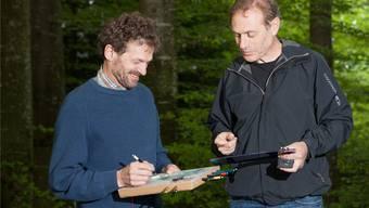 Die beiden Kartenaufnehmer Beni Deppeler (links) und Osi Merz bei der Feldarbeit im Stierenbergwald.