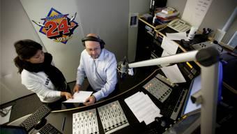 Radio 24 wird von der BT Holding AG von Verleger Peter Wanner übernommen. Schawinski ist dagegen.