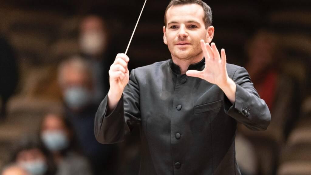 Lionel Bringuier, ehemaliger Chefdirigent des Tonhalle-Orchesters Zürich feierte am Donnerstagabend ein Wiedersehen mit seinem Klangkörper. Dirigiert hat er unter anderem das zeitgenössische Flötenkonzert von Marc-André Dalbavie.