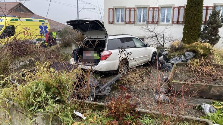 Der Autofahrer geriet aus noch nicht bekannten Gründen in dem Garten.