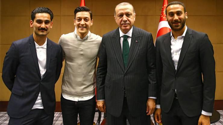 Das Foto zum kritisierten Treffen (v.l.n.r.): Ilkay Gündogan, Mesut Özil, Recep Tayip Erdogan und Evertons Cenk Tosun.